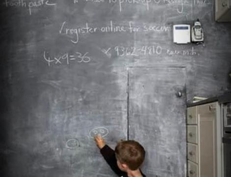 Ako si vytvoriť z celej steny školskú tabuľu?
