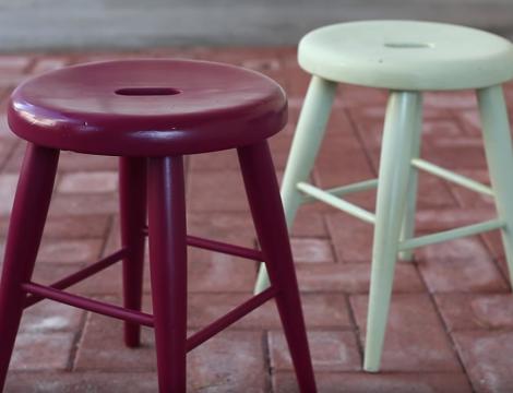 Použite  farby v spreji: Renovácia stoličky, ktorú zvládne naozaj každý